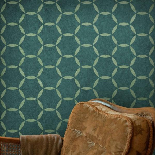 Koła modern - szablony malarskie - wizualizacja - fotel na tle zielonej ściany
