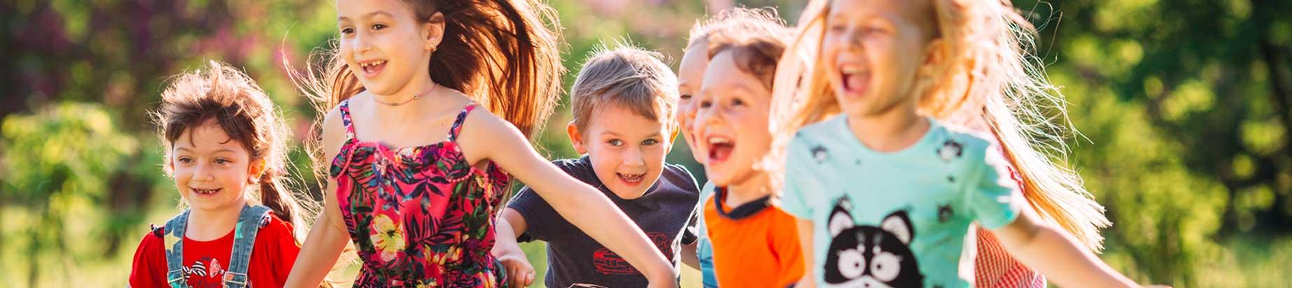 dzieci biegnące