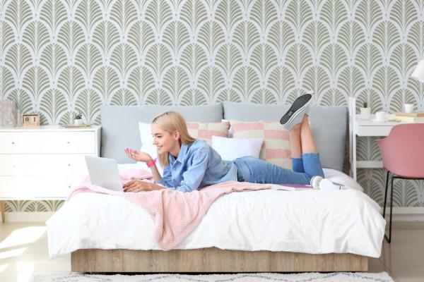 Szablon malarski Tamara Palm. Dziewczyna w sypialni
